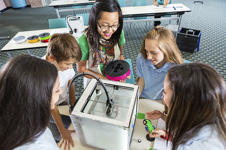 Teacher-teaching-students-to-load-filament-into-3D-printer-000079367643_Double Web